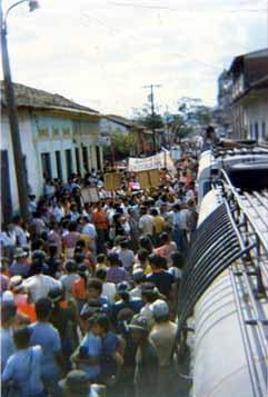 Brigadistas participam de manifestação, no município de San Ramon, contra a liberação de mais recursos do governo Ronaldo Reagan para financiar os Contra (Arquivo pessoal de Cleonice Dorneles)