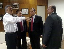 O pastor Everaldo (ao centro) articula apoio a Dilma Roussef com o ministro das Relações Institucionais, Alexandre Padilha (esq), e o líder do governo na Câmara, Cândido Vaccarezza (Twitter de Alexandre Padilha, junho de 2010)