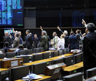 Parlamentares que levantaram o braço se manifestaram contra aumento dos próprios salários