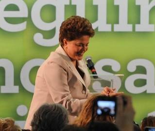 Em seu primeiro discurso depois de eleita, Dilma adota tom conciliador para refazer pontes com a oposição e a imprensa