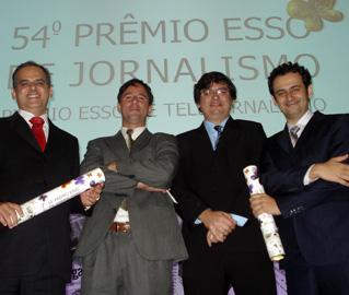 Sylvio Costa, diretor, Fábio Góis e Lúcio Lambranho, repórteres, e Edson Sardinha, editor, na entrega do Prêmio Esso