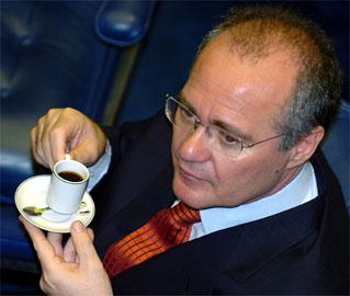 Renan respondeu a cinco processos por quebra de decoro no Conselho de Ética e teve que deixar a presidência do Senado em 2007